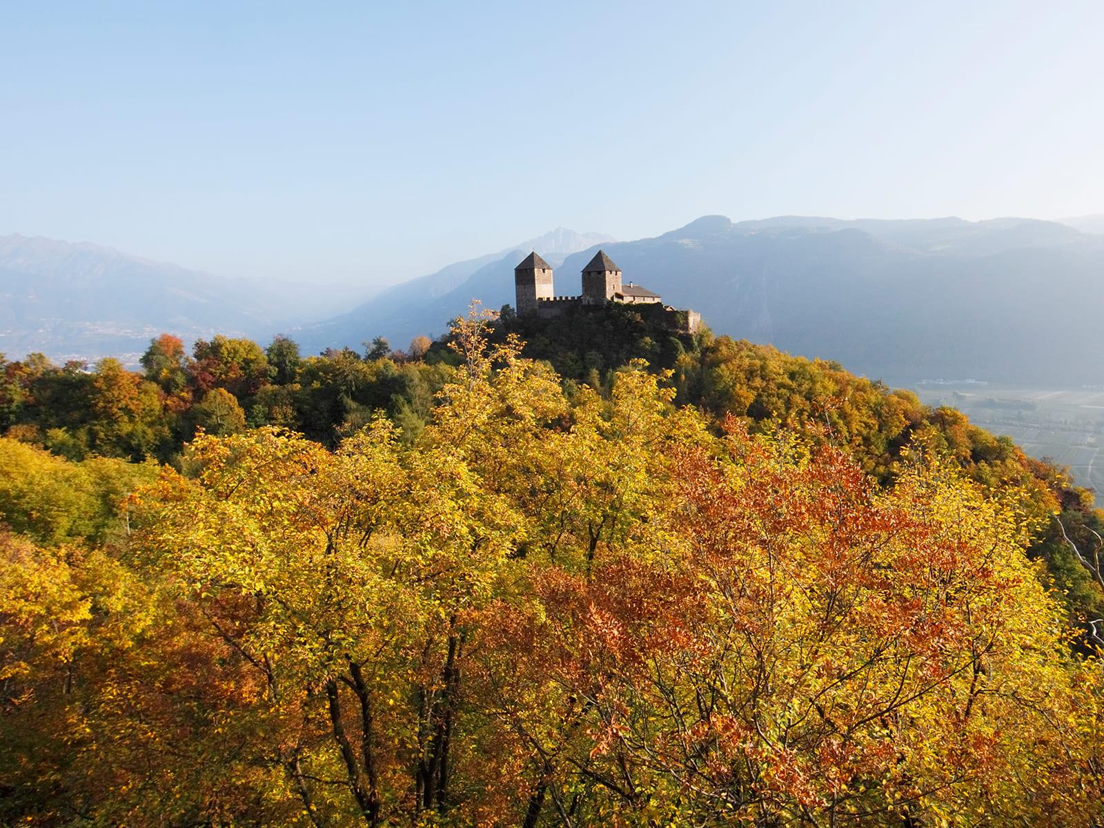 Burg bei herbstlicher Landschaft
